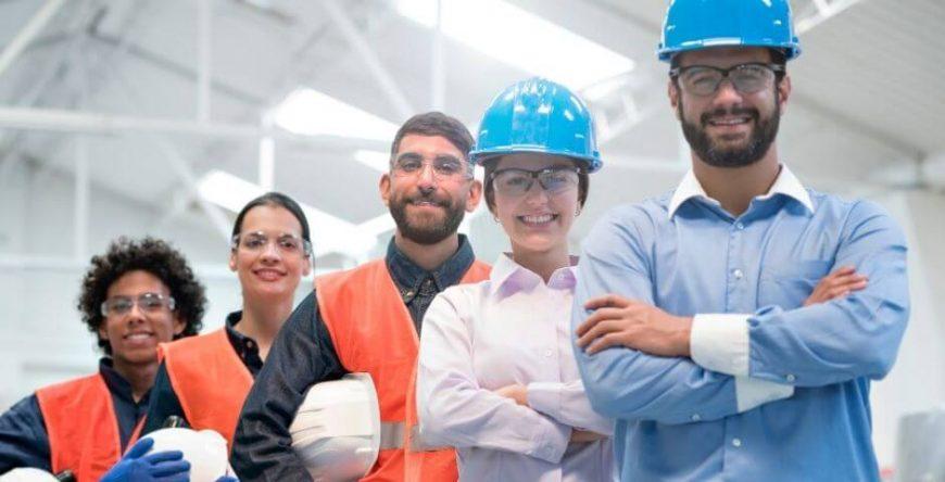 vantagens-desvantagens-mei empregados clt em fila sorriem para a foto