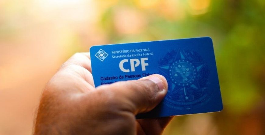 pix-seguro mão segura a carteira do cpf