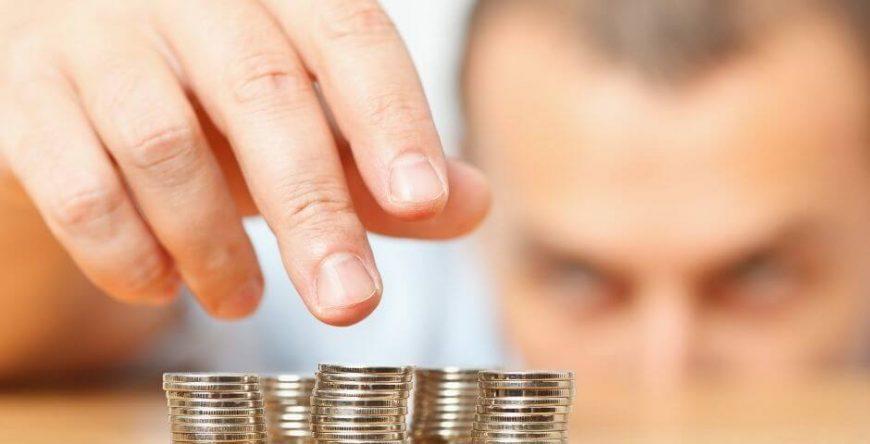 vantagens-desvantagens-mei homem conta dinheiro
