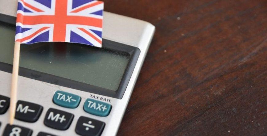 imposto-de-renda calculadora com a bandeira da Inglaterra mostra que o imposto de renda surgiu lá