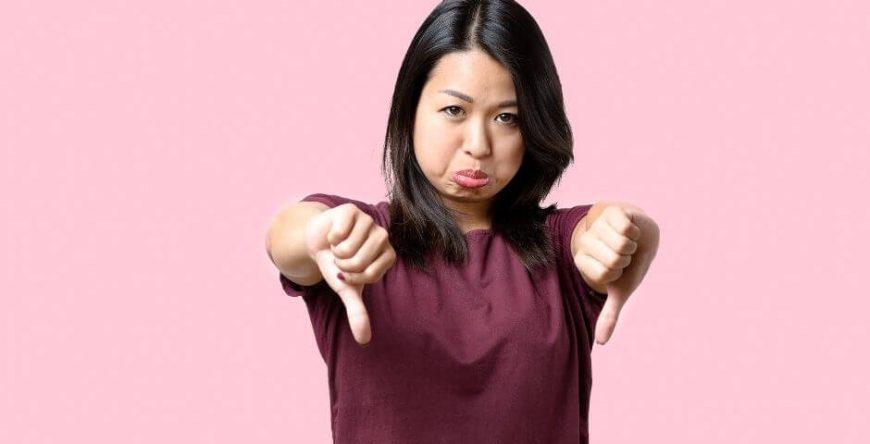 negativado-indevidamente mulher com os polegares virados para baixo