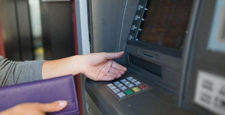 pix-errado pessoa saca dinheiro no banco