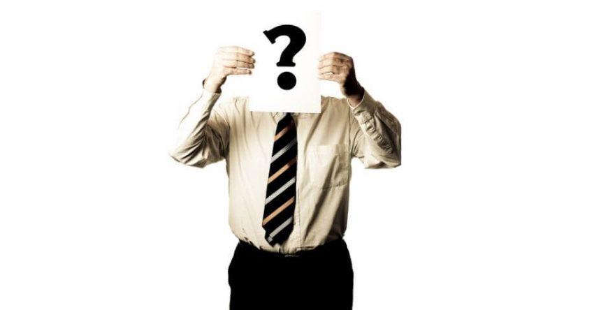 décimo-terceiro-salário homem segurando uma placa de interrogação em frente ao rosto