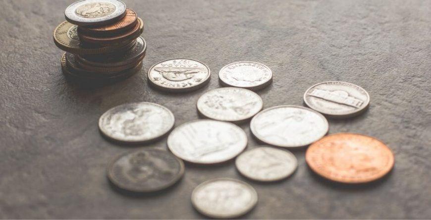 imposto-de-renda várias moedas espalhadas representam o valor separado para pagar o imposto de renda