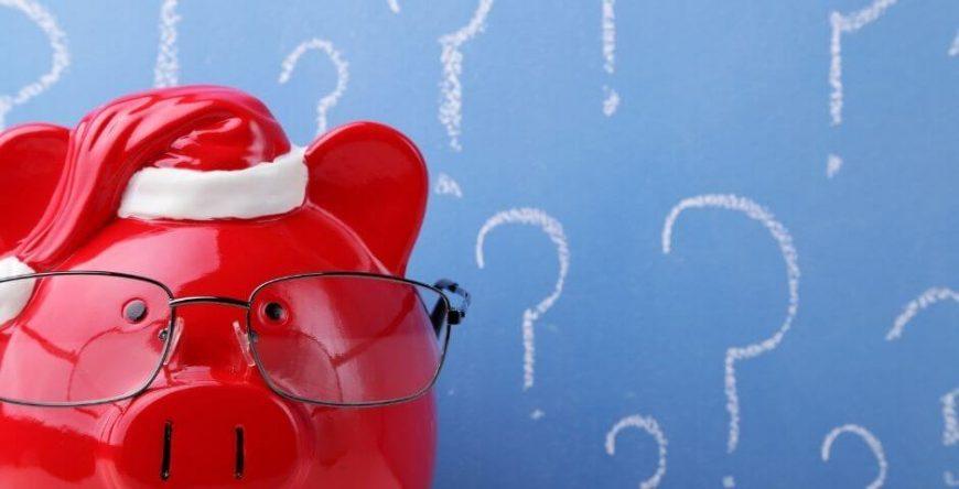 restituição-imposto-de-renda porquinho vermelho com gorro de natal, simboliza dezembro