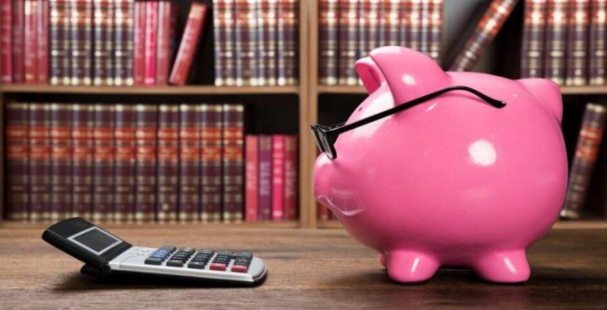 imposto-de-renda cofre de porquinho olha para a calculadora o que demonstra o conhecimento sobre o pagamento de impostos
