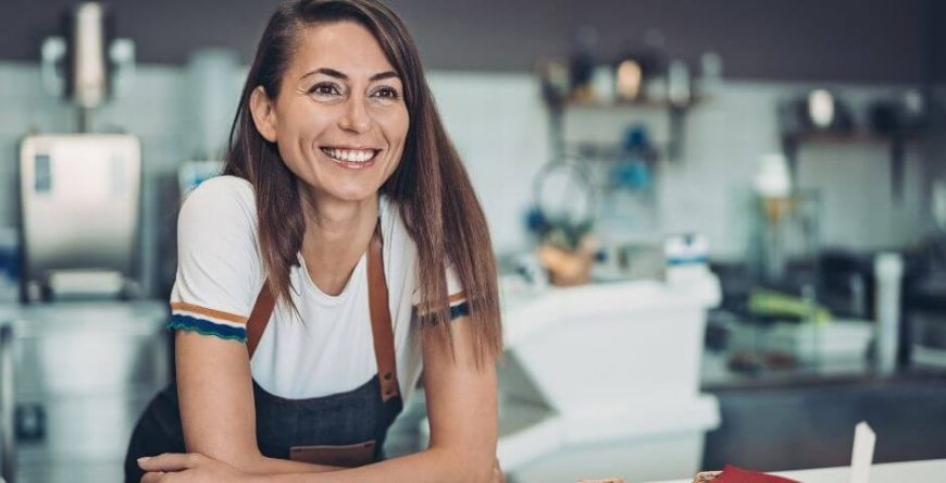 vantagens-desvantagens-mei mulher empreendedora sorri