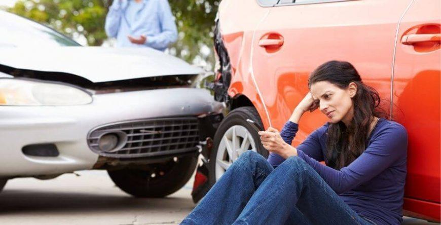 indenização mulher assentado no carro batido, triste com o acidente