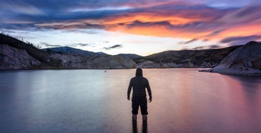 vantagens-desvantagens-mei homem sozinho admira paisagem