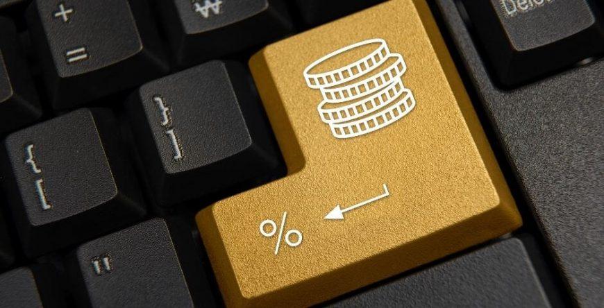 imposto-de-renda imagem de um teclado com algumas moedas desenhadas