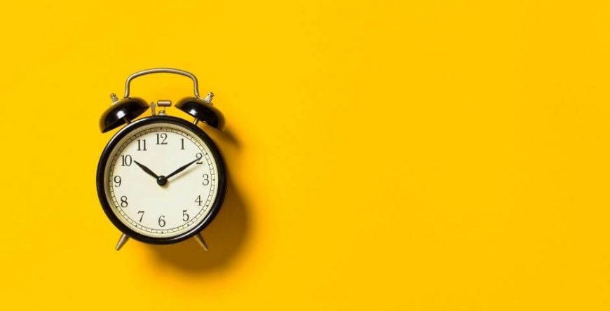 décimo-terceiro-salário um relógio simboliza o tempo